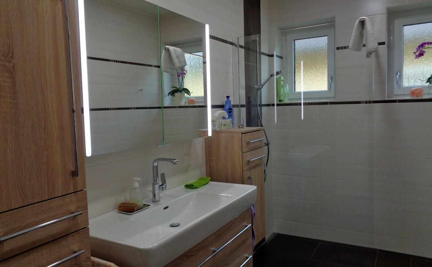 Badmöbel und begehbare Dusche